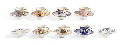KOPPER MED UNDERSKÅLER  Royal Worcester Porcelain Co. Stempler for slutten av 1800-tallet. Ulike dekorer med flerfarget blomsterdekor og mønstre.   7 kopper med 9 underskåler (Diam: 13) ANTALL 16