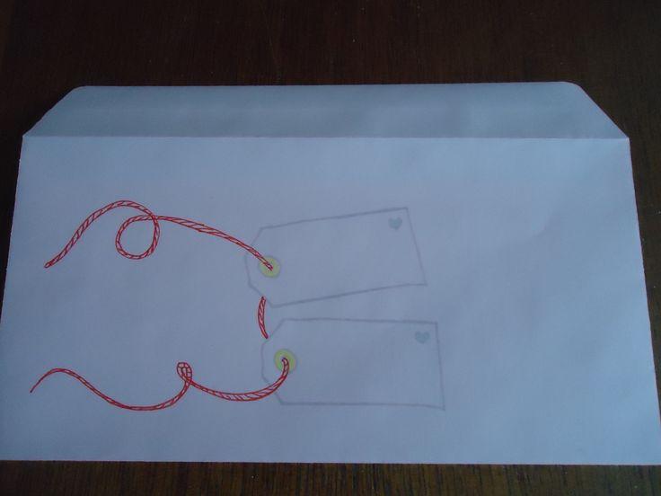 envelop stempelen met label-stempel.touwtje erdoor tekenen. Het handigst gaat het als je op een kladje labels stempelt en gaatjes erin ponst en dan een touwtje erdoor doen en met een krul neerleggen. Dan teken je dat na, zo weet je hoe het touwtje eruit ziet als het in het gaatje gaat en er uit komt. Op het bovenste label schreef ik de naam, op het onderste het adres.