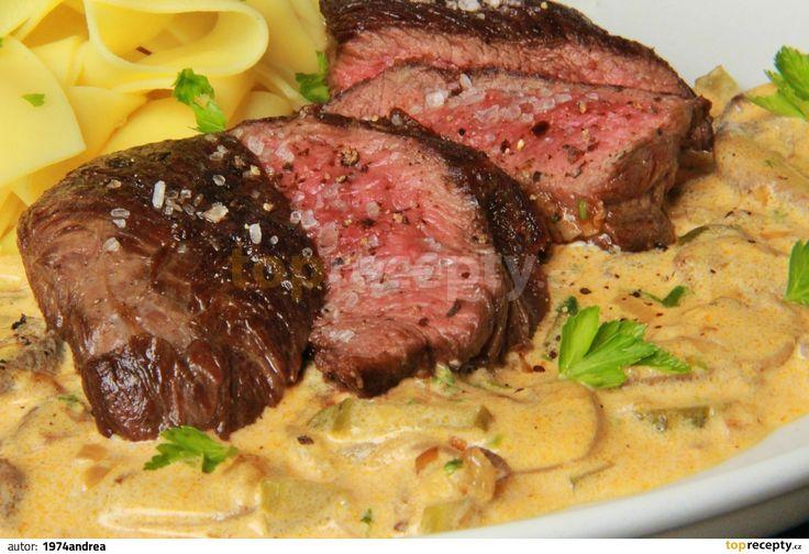 Steaky očistíme, opepříme čerstvě mletým pepřem a potřeme olejem. Necháme půl hodiny odpočinout. Rozpálíme kvalitní pánev vhodnou na přípravu...