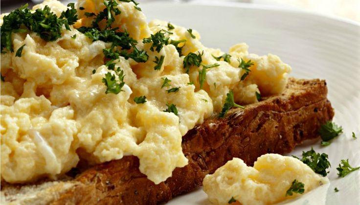 Uma das receitas mais básicas e que todo mundo aprende primeiro na vida é como preparar ovos mexidos. Mas a verdade é que saber fazer ovos mexidos perfeitos é muito mais complicado do que parece. Bem parecido com o preparo do omelete clássico, os ovos mexidos têm um método de cozimento que diferem muito de acord