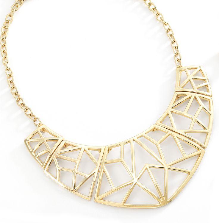 Los prismas y diseños geométricos están de moda y este collar hará de manera instantánea moderno con cualquier atuendo. Elaborado en 4 baños de oro de 18 kt. Largo: 54cm. Modelo: 116112