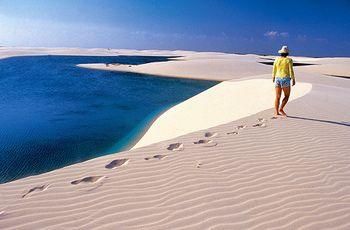 真っ白な大砂丘と湖が織りなす神秘的な光景、素敵ですね。是非いつかは実際に訪れてみたいものです。今年夏には、リオデジャネイロでオリンピックが開催されることもあって、ブラジルへの注目はますます高まっています。夏の旅行先を検討中の方は、候補に加えてみてはいかがでしょうか?
