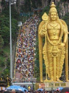ヒンドゥー教の聖地 マレーシアの首都クアラルンプールにあるバトゥ洞窟には破壊神シヴァとパールヴァティーの息子という軍神ムルガンの金像がそびえ立つ 高さ約43mで全身を金箔で覆われている ムルガン像としては世界一のサイズだそうだ  ついでに軍神ムルガンの金像の横のバトゥ洞窟へ通じる階段272段がものすごい急角度で気になる tags[海外]