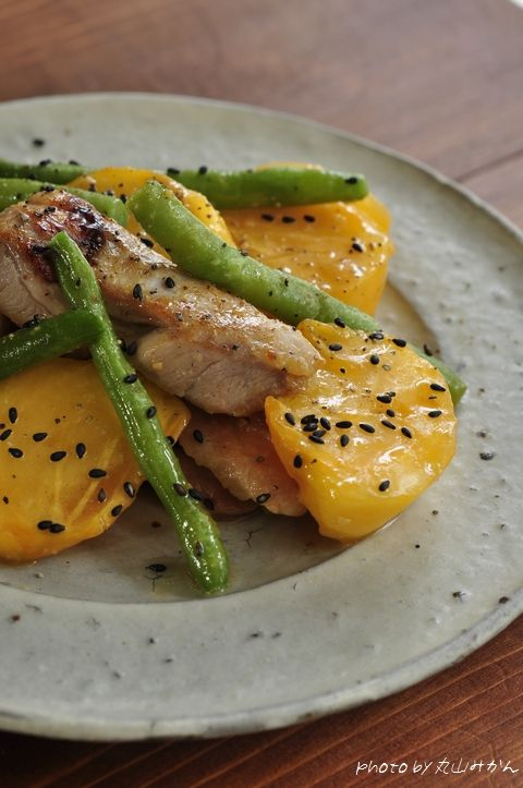 『無添加 円熟こうじみそ(ひかり味噌)』を使ったお料理のご紹介です。こちらのモニターの際、おまけについていた予約のとれない日本料理店「賛否両論」の笠原将弘さんのレシピで、柿と鶏肉の味噌いためを作りましたよ♪〈作り方〉1.鶏肉をサラダ油で炒める。2.さやいんげんと長ネギ(忘れた)も加え、火を通します。3.味噌・酒・みりんの合わせ調味料を加えます。4.柿を加え、ざっくり混ぜたら、完成です。こぉ~れが、...