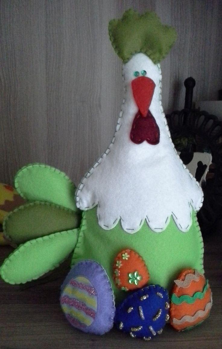 Gallina di Pasqua con uova decorate, panno lenci