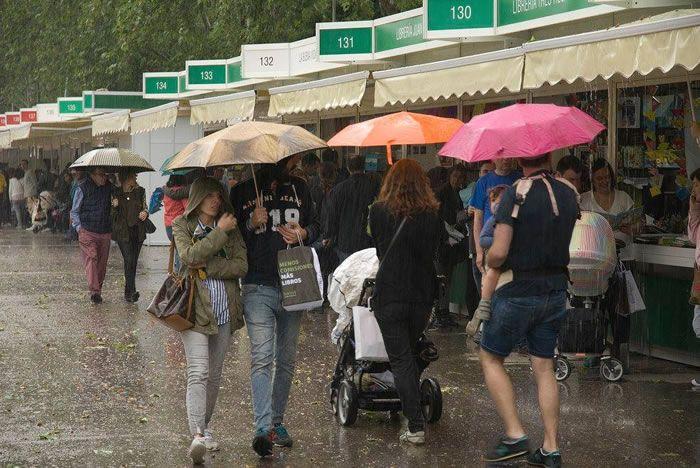 Llega la Feria del Libro de Madrid 2017 y la lluvia