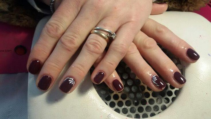 Nail gel polish Dark purple And Flower. Smalto semipermanente viola scuro con fiori