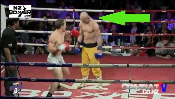 Monje Shaolin resiste varios golpes de KO sin moverse