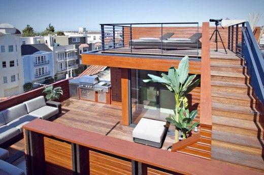 ウッドデッキの屋上テラスの屋外リビング・ダイニングの更に上の階段を上がって、最上部の寛ぎスペースへ