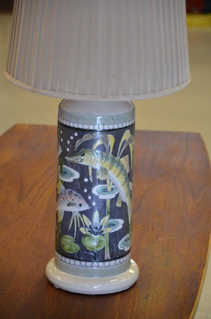 Lampfot från Tilgmans keramik med fiskmotiv med originalskärm i beige tunn väv
