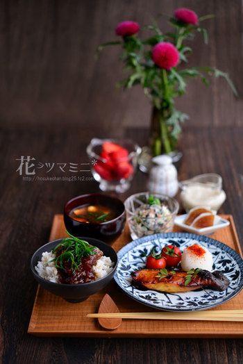 麦とろ鉄火丼に焼き魚、そして白和えなど昔から体に良いといわれている食材を合わせた理想的なおうち定食。まさに和御膳といったかんじでしょうか。器も素敵で見習いたいですね。