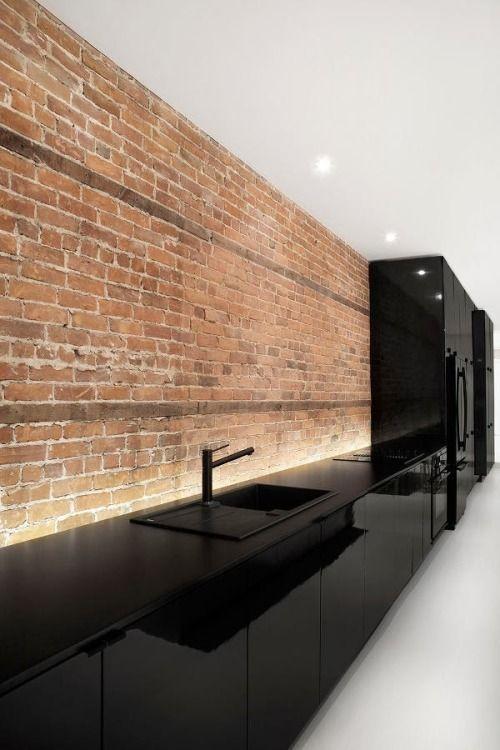 El muro de ladrillo, sin ningún recubrimiento, ningún acabado solo mostrando su naturalidad, crea un espacio el cual, el color negro luce más de lo habitual.