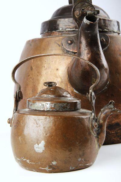 Forssan museon 2013 joulukalenterin luukku 8; Hyvää suomalaisen musiikin päivää! Juhlan kunniaksi voi keittää vaikka makoisat kahvit. Kahvipannu on peräisin ajalta, jolloin kahvi oli juuri vapautunut Ruotsin valtakunnassa. Sitä ennen, 1700-luvun loppuun saakka, kahvinjuonti kiellettiin ihmisiä turmelevana paheena. Vapauduttuaan kahvi oli aluksi herrasväen juoma, mutta 1900-luvulle tultaessa kaikki kansankerrokset olivat tottuneet juomaan kahvia niin arkena kuin pyhänäkin.