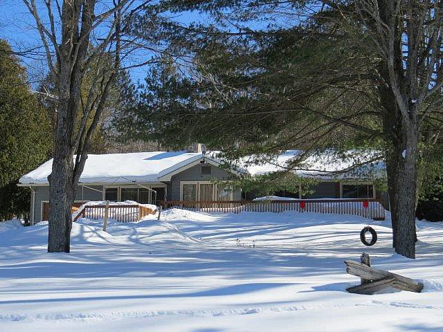 Another great cottage available during the winter season.   Kashagawigamog Lake 28, is a spacious cottage that will sleep a maximum of 12, close to Haliburton or Minden, cross country trails, and activities.  Pets permitted. For more information please see web page.