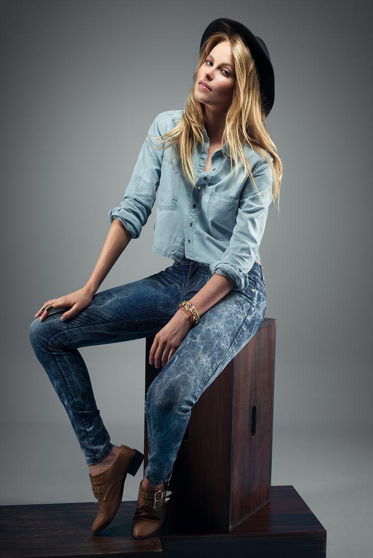 Jeans: Ref. E131578 - $139.900 Blusa: Ref. E208487 - $109.900 Pulsera: Ref. E500395 - $24.900 Zapatos: Ref. E360010 - $79.900