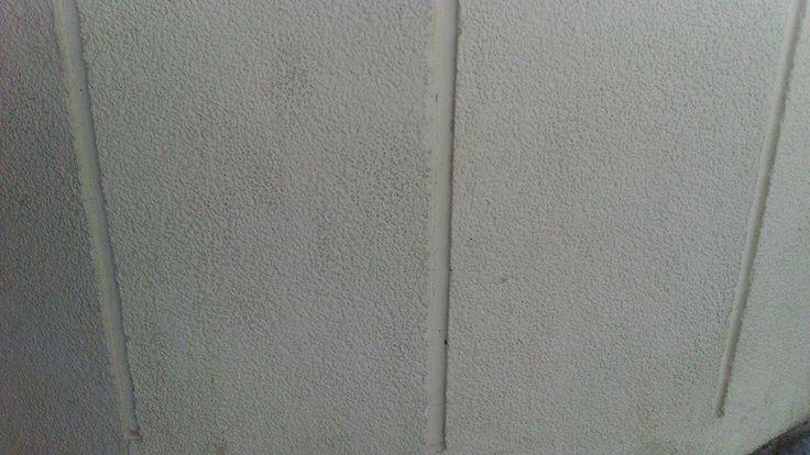 Línia d'objectes sobre un fons neutre.