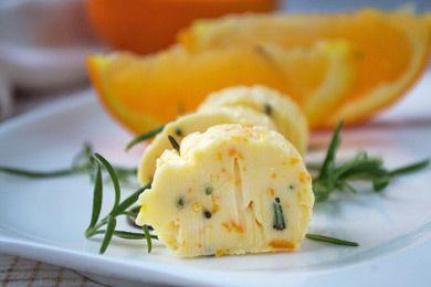 Das Rezept von der Orangenbutter mit Rosmarin passt gut zu gegrilltem Hirschsteak und anderen Wildfleischsorten.