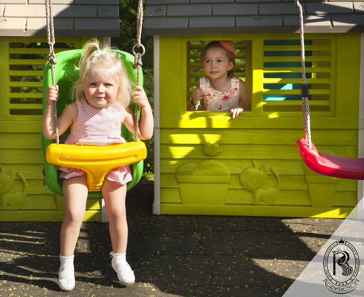 Domek i huśtawki z Placu Zabaw w Ogrodzie Rezydencja Luxury Hotel****.  #dzieci #dziewczynka #placzabaw #huśtawka