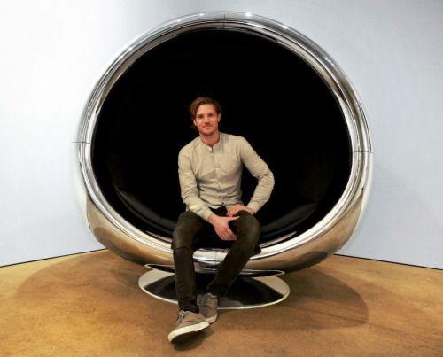 Van een straalmotor in een Boeing 737 tot stoel in je huiskamer. Het betreft de 737 Cowling Chairvan Fallen Furniture.