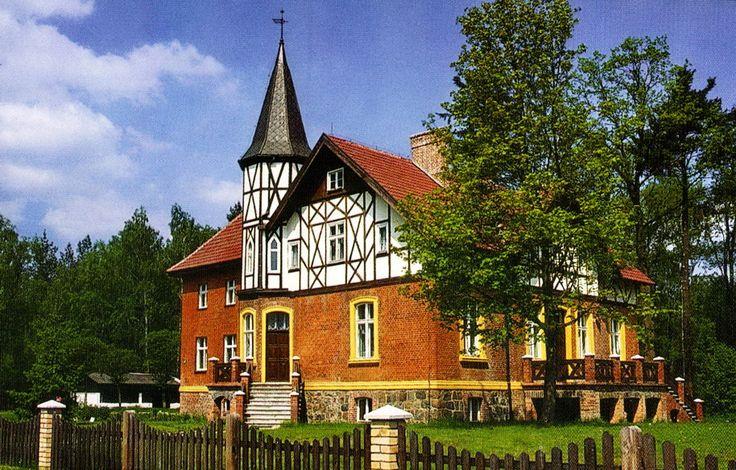 Dwór Myśliwski w Borowcu. Powstał na początku XX wieku. Obecnie mieści się w nim hotel.