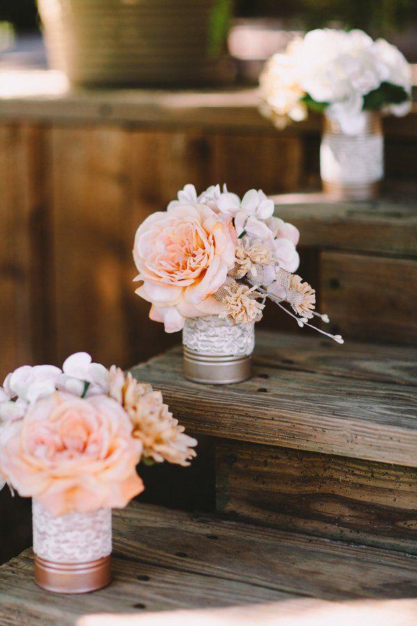 Simples latas pintadas , un trozo de puntilla y flores dan a esta escalera la mejor presentación para los invitados.