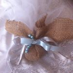 Μπομπονιέρα γάμου από λινάτσα και λευκό τούλι δεμένη με βεραμάν και λευκή κορδέλα Η πολυτέλεια η ασημί κορδέλα και η βεραμάν πέρλα που δένουν αντίστοιχα Διατίθεται σε ότι χρωματισμούς επιθυμείτε