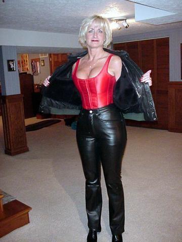 Older woman in leather | Hot Mature | Lederbekleidung ...