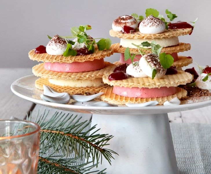 Wil je echt uitpakken, dan is dit dessert van wafels met zelfgemaakte cranberry parfait en chocolademousse een echte aanrader.