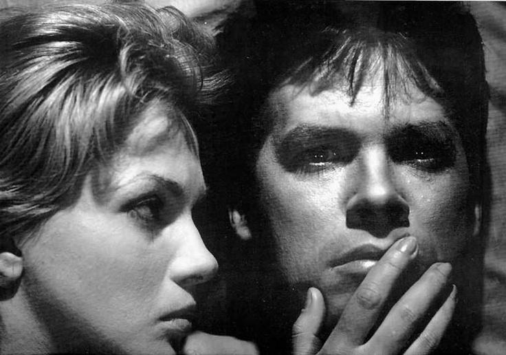"""Popiół i diament - 1958 / """"Nigdy nie byliśmy tak zdolni, jak w tamtej chwili"""" -  Andrzej Wajda. Reżyser, któremu jedni zarzucali fałszowanie historii i patetyczność, a drudzy chylili przed nim czoła. No i aktor - wielki Zbyszek Cybulski. Rolą, która uczyniła go nieśmiertelnym, jest bez wątpienia ta z """"Popiołu i diamentu"""" - jednego z najwybitniejszych polskich filmów wszech czasów. Plotka głosi, że w hołdzie właśnie jemu, Robert de Niro w jednej ze scen filmu """"Taksówkarz"""" zakłada ciemne…"""
