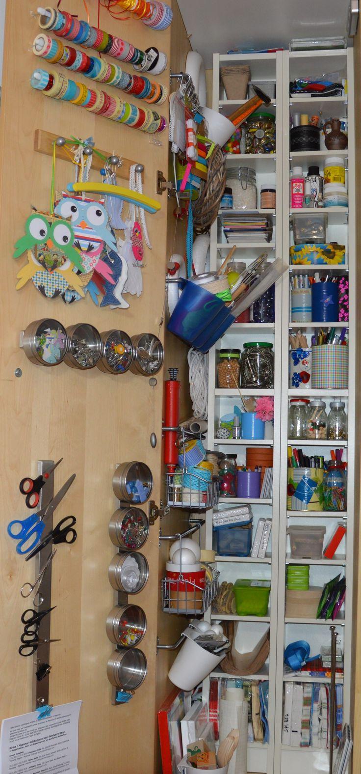 Ordnung im Bastelzimmer Ich habe es endlich geschafft, alle Bastelutensilien in einem Schrank unterzubringen. So aufgeräumt sah es bei mir schon lange nicht mehr aus. Dazu gehört ein geräumiger Pax-Schrank, zwei kleine CD-Regale, viele Aufbewahrungs-Utensilien von IKEA und ein paar Stunden Arbeit, dafür ist das Ergebnis großartig. http://inesfelix-kreativ.blogspot.com/2016/02/ordnung-im-bastelzimmer.html