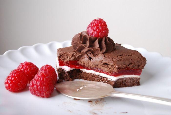 Troika Cake Deluxe | 113 g mørk sjokolade ( 62%-70 %), 75 g sukker, 6 store egg, 3 dråper sitron saft, ekstra hvit marsipan, 2 pk gele ( bringebær eller jordbær), 1,5 dl kokende varmt vann, 1/2 dl sitron juice ( fersk presset), 1 ss. glykos, 227 g mørk sjokolade (62%-70%), 5 dl fløte, 1 ts. vanilje extract