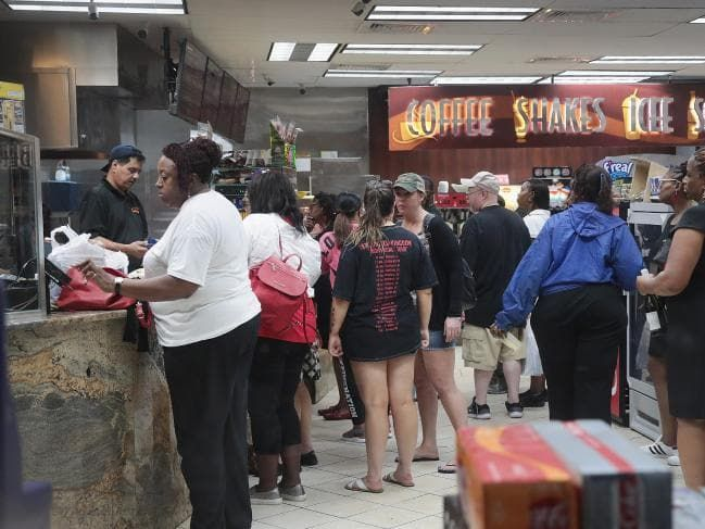 Customers Line Up To Make Last Minute Purchases At A Convenience Store Near The French Quarter As Rainfall Fr National Hurricane Center Morgan City Storm Surge