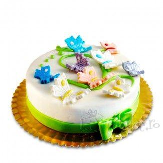Fluturasi delicati din martipan pe un tort cu compozitie de ciocolata