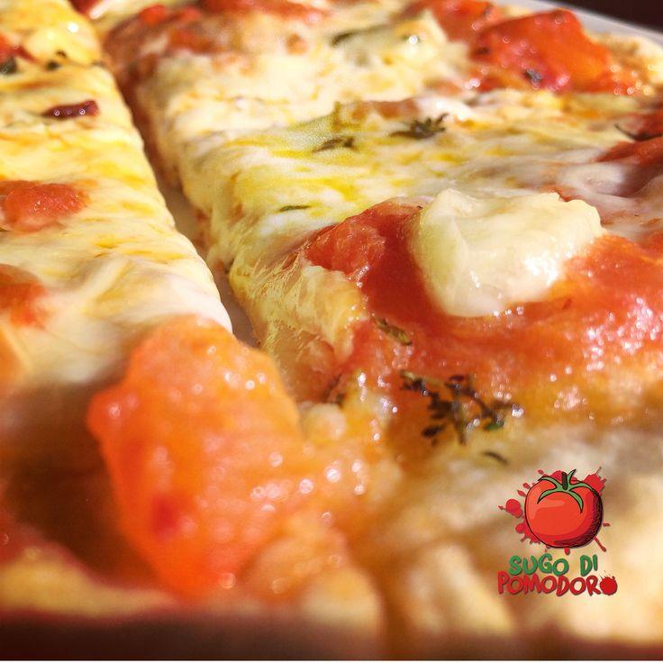 """La reina de las pizzas es la """"Margherira""""  y si haces el """"Sugo di pomodoro"""" en casa ¡Definitivamente es la mejor...! #SugoDiPomodoro #Nutrición #Recetas #FoodPorn #Tasty #ClasesDeCocina #Gastronomía #Cocina #SugoDiPomodoroCocina #CocinaParaPerezosos #QueHacerEnMedellin"""