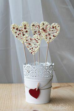 Tutorial sobre cómo hacer piruletas de chocolate blanco y pimienta rosa para San Valentín #chocolate #sanvalentin