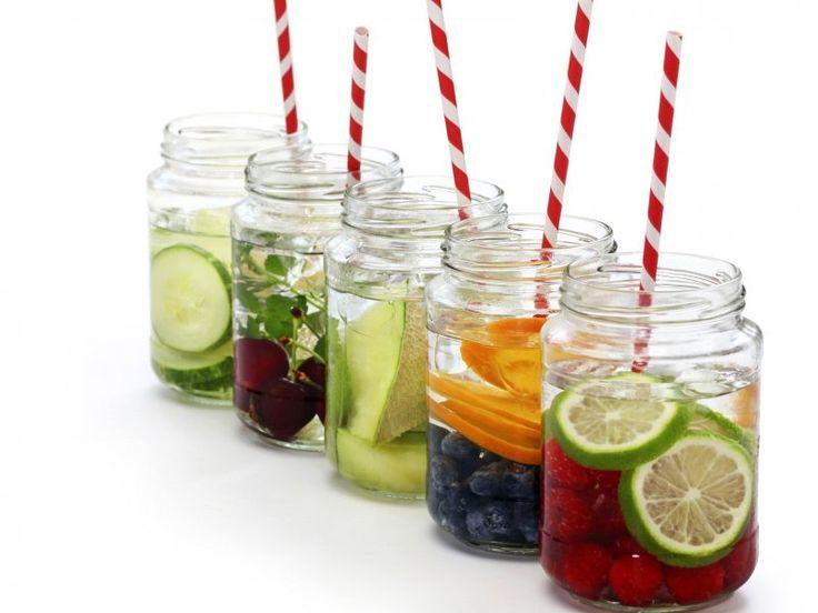 Detox water e juice per rinfrescare la pelle in estate