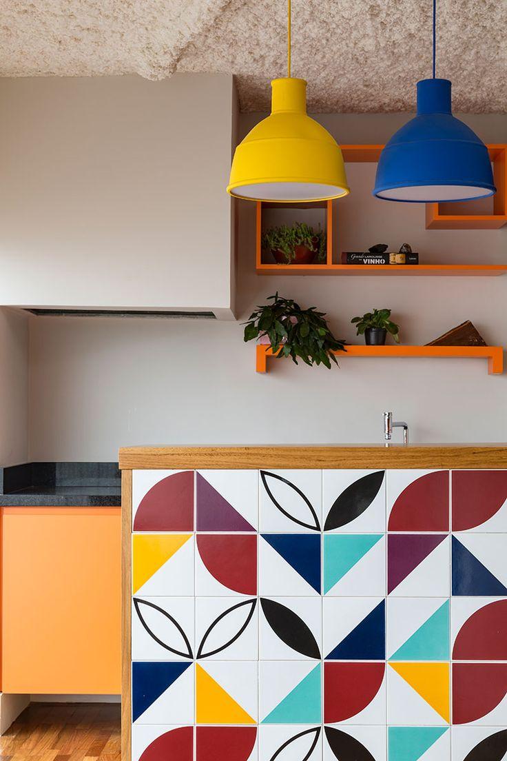 Decoração de apartamento, decoração com estilo, armário colorido, pendente amarelo, pendente azul, prateleiras laranjas.