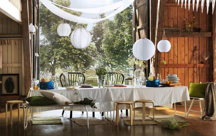 Dlhý stôl ozdobený poľnými kvetmi, čerstvými citrónmi a bielymi textíliami – jednoduchý spôsob, ako pripraviť prírodnú letnú oslavu.