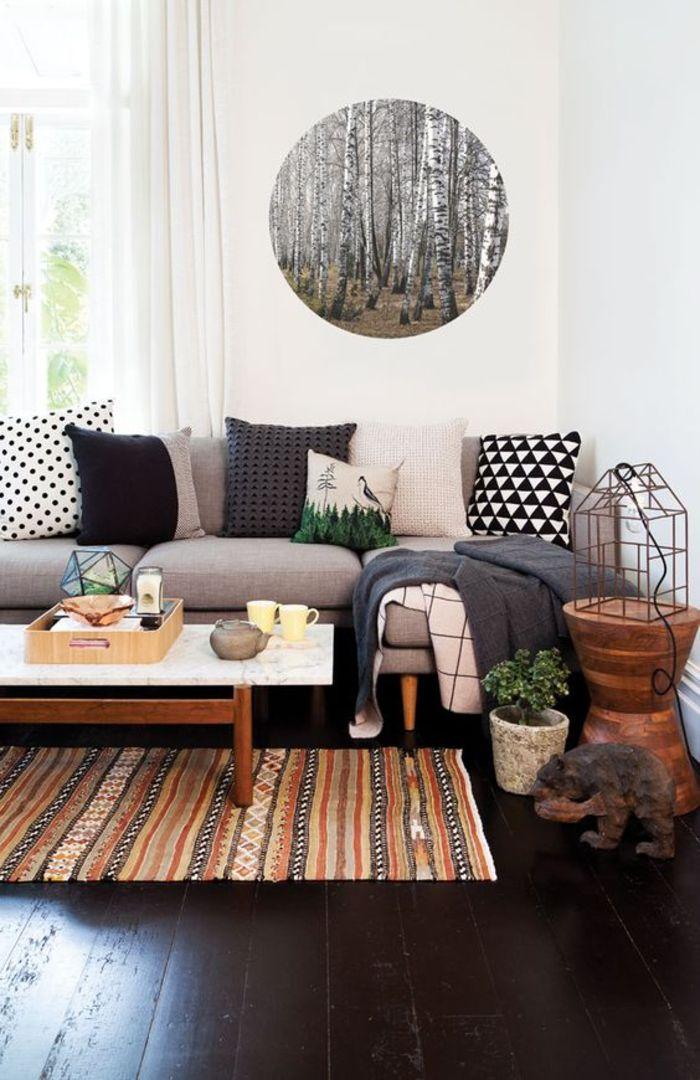 salon elegant en noir et blanc de style ethnique chic tapis decoratif ethnique aux nuances de l ocre