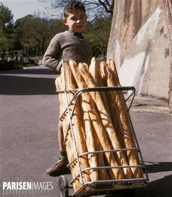 Enfant tirant un chariot à pains. 1960-1970. Photographie de Gösta Wilander (1896-1982). Paris, musée Carnavalet.