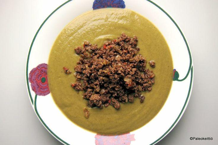 Valkosipulinen parsakaali-pinaattisosekeitto ja paistettua jauhelihaa.