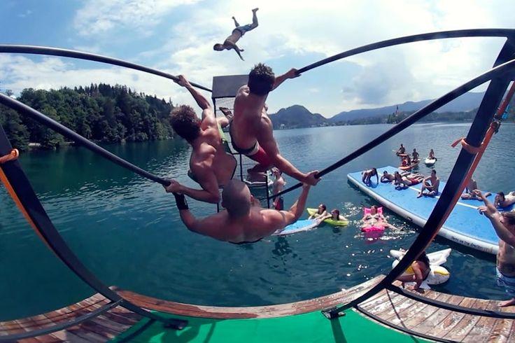 Экстремальные прыжки в воду  Гигантские качели, установленные на берегу озера, позволяют катапультироваться в воду совершив эпический прыжок. Экстремальные и невероятные прыжки в воду лучше, чем цирк Цирка дю Солей. #видос #супер #видео  https://mensby.com/video/entertainment/7637-extreme-diving
