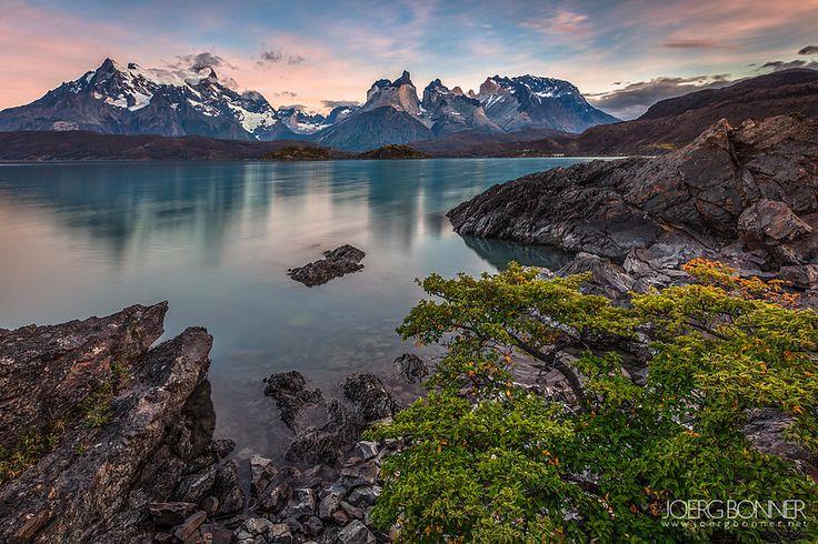 Manhã calma no lago Pehoe, no Parque Nacional Torres del Paine. Cerro Grande e Chifres del Paine estão iluminados sutilmente com as cores da luz do sol. Porto Weber, Magalhães e Antártica chilena,  no Chile.
