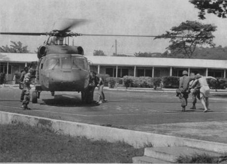 Sikorsky UH-60A evacuando gente cerca Universidad de San Jorge