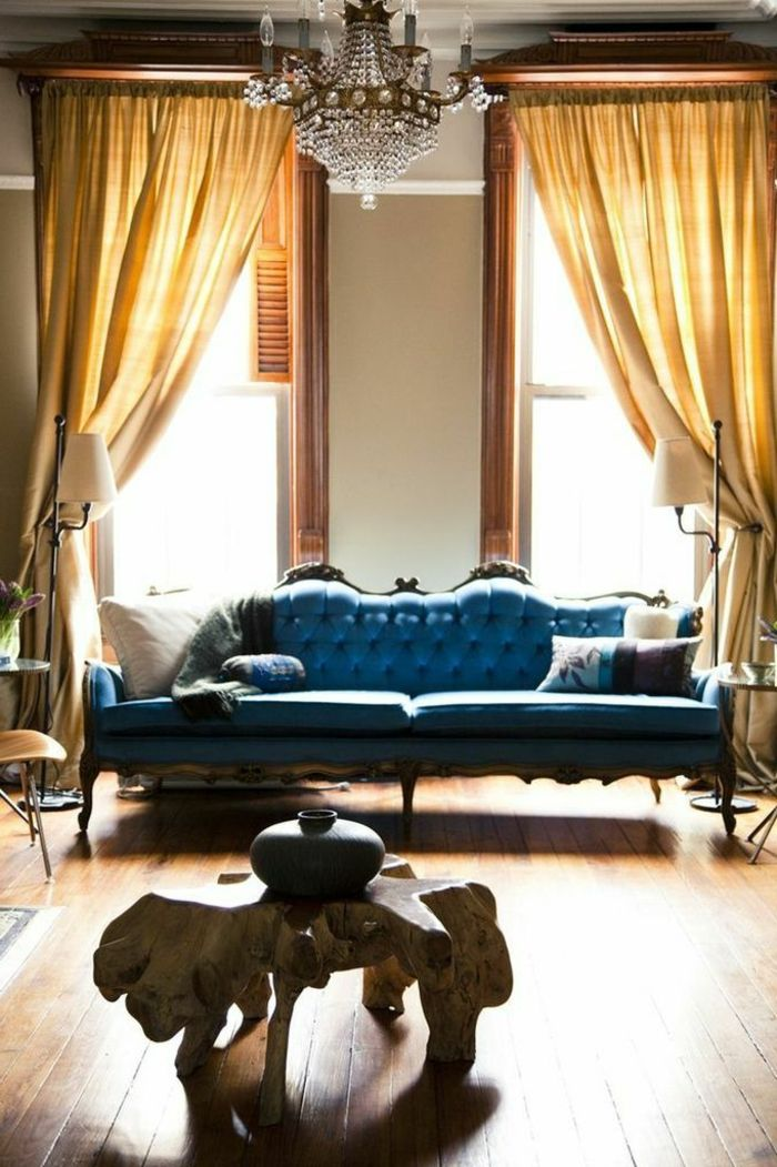 canape ikea, rideaux longs de couleur jaune, lustre baroque, canapé bz ikea
