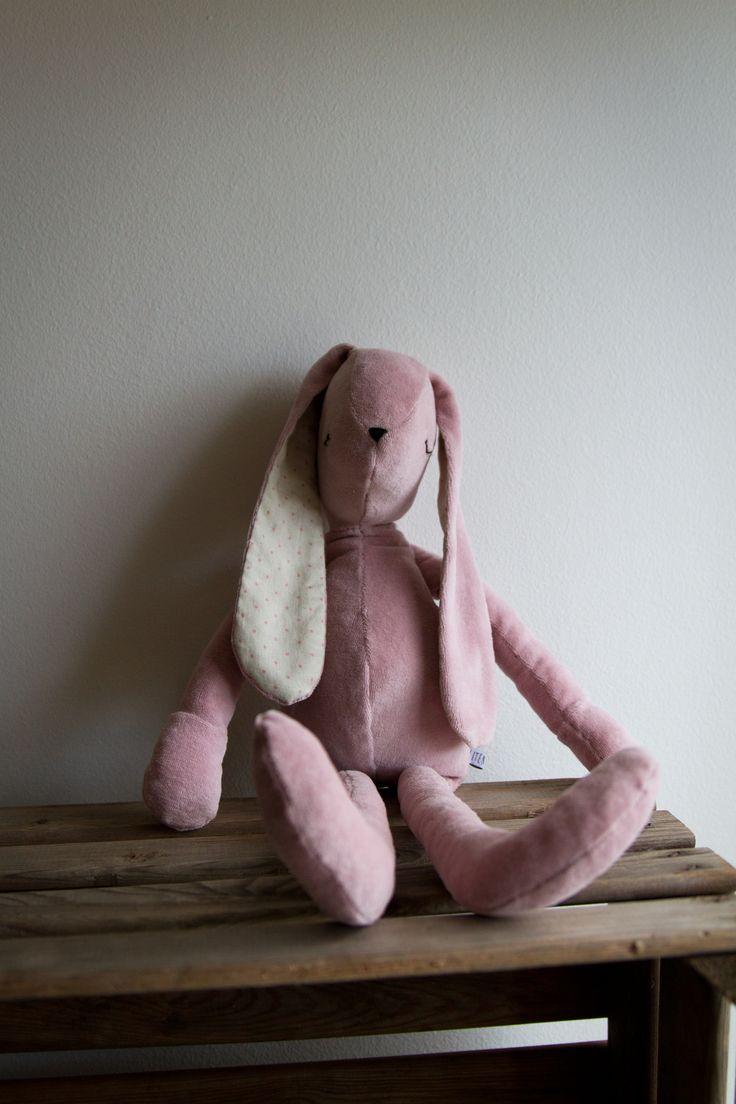 Kanin i plysch och prickigt. #gosedjur #kanin #barnrum #barnrumsinredning #dekorera #dekoration #present #presenttips