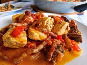 El pollo al chilindrón, junto con el pollo al ajillo, es una de las recetas más populares y tradicionales que se pueden elaborar con esta carne.