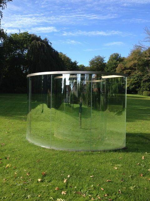"""Dan Graham . loop the loop, 2013 --> Créateur d'""""espaces-miroirs""""  Tout son travail interroge les relations entre l'espace privé et l'espace public, tout ce qui touche la perception, et la place du spectateur dans l'art et dans la société."""