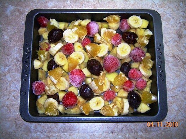 Ovoce okrájíme, očistíme nakrájíme na malé kousky dáme na plech na to dáme skořici, hřebíčky, vanilkový cukr, cukr krystal a citronku. Dáme do...