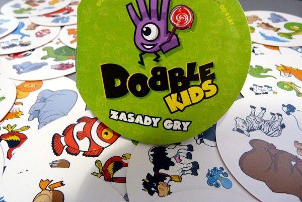 """""""Dobble Kids"""" to gra, która podobnie jak """"Dobble"""" dla starszych, raczej się nam nie znudzi (w starszą wersie graliśmy nawet po zalaniu jej w pewnym momencie kawą). Nigdy też nie kończy się na jednej rozgrywce. Z resztą zobaczcie sami jaka jest fajna... httpvh://youtu.be/kWIxAA0Tdoc Ocena Ocena to 5. Już zwyczajne """"Dobble"""" ocenialiśmy na pięć, a """"Dobble [...]"""